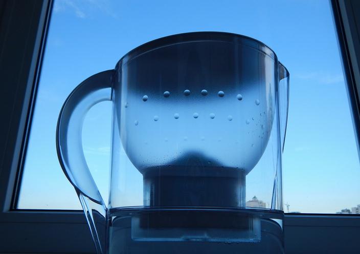 Et si les carafes filtrantes censées améliorer les qualités de l'eau en termes de goût et d'odeur n'étaient finalement pas si efficaces ? L'Agence nationale de sécurité sanitaire de l'alimentation, de l'environnement et du travail s'interroge justement