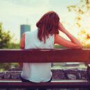 Dépression estivale soleil été fille triste sur un bancs